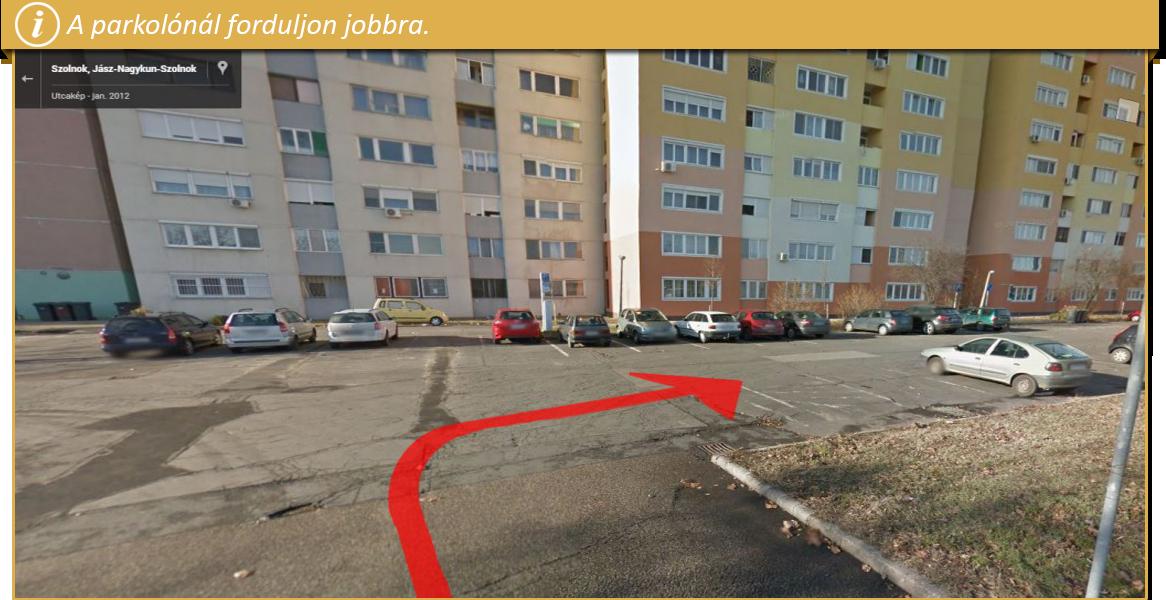 A parkolónál forduljon jobbra.